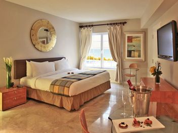 Guest room and Bed at Hotel Bentley